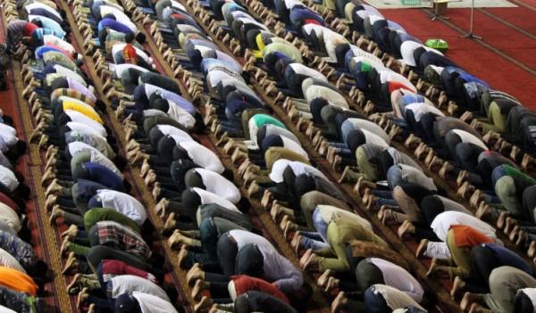 Jamaah melaksanakan Shalat Dzuhur di Masjid Istiqlal Jakarta, Senin (30/6). Masjid Istiqlal menjadi salah satu pusat kegiatan umat muslim khususnya pada bulan Ramadhan. ANTARA FOTO/Ricky Prayoga/mes/14